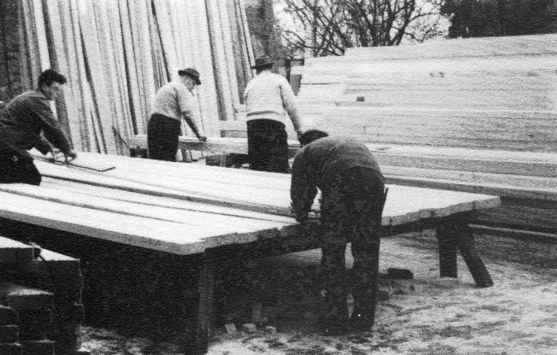 Zimmerarbeiten im Hof der Zimmerei. Im Hintergrund: Anton Fritzen und Hans Röhrig